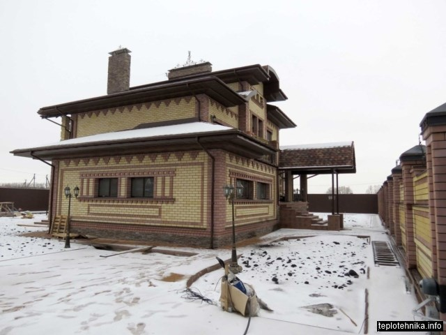 многоуровневый кирпичный дом